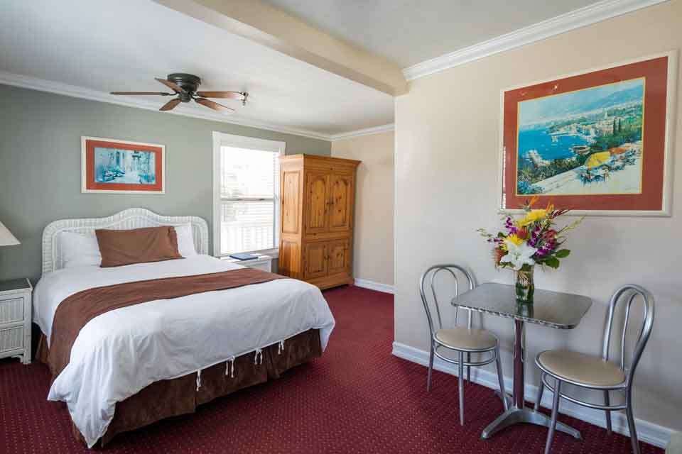 Catalina Hotels Glenmore Plaza Queen Premium Room